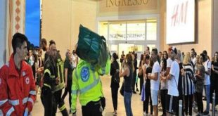 Sostanza urticante da Zara, evacuato il centro commerciale: portati fuori a centinaia